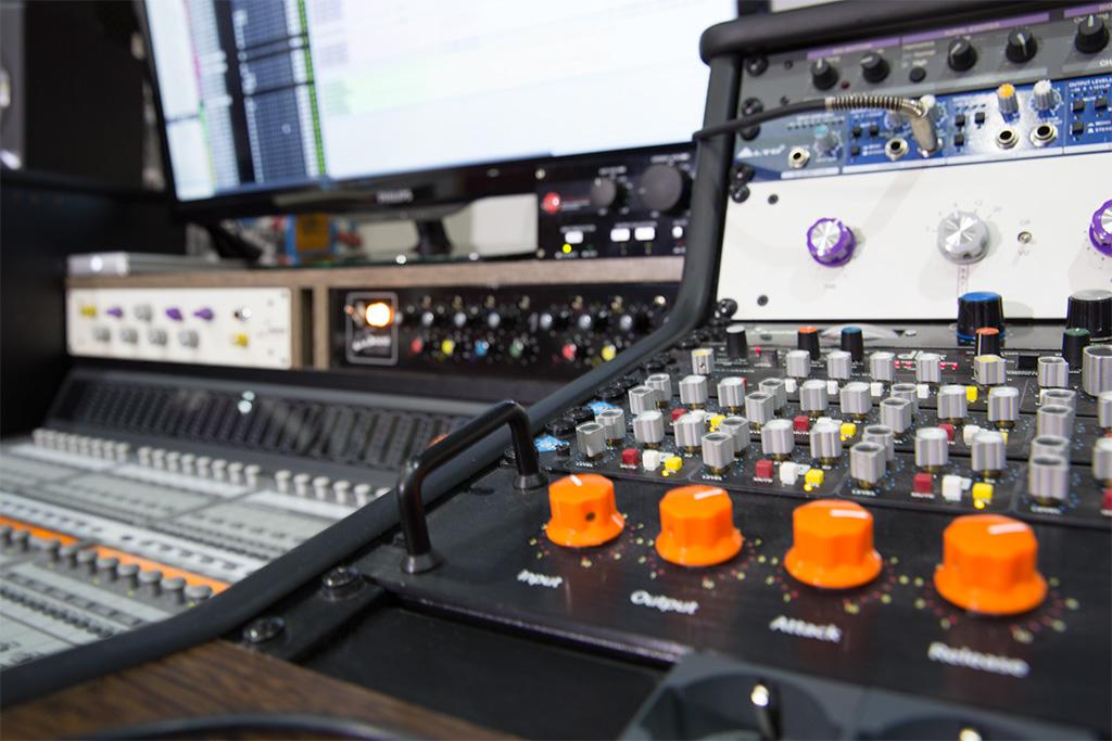 Studio di registrazione a milano descrizione di insound - Mobili studio registrazione ...